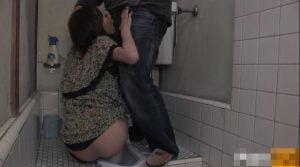 トイレでオシッコ中の女に突撃!強制フェラチオさせてみた!!